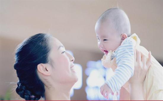 """祝""""孔雀公主""""金巧巧儿子周岁快乐,健康成长,那1岁的孩子不能吃?"""
